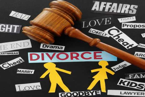 Paper couple with gavel and divorce related messages