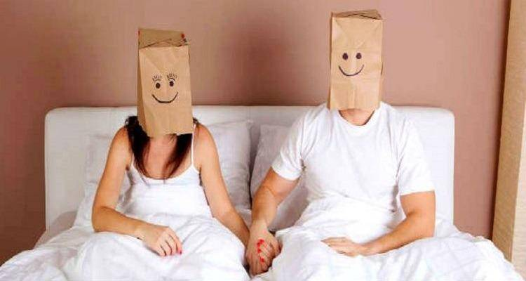 Couple-with-Paperbags