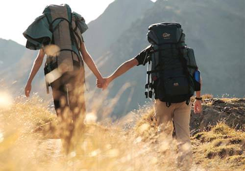 couple-trekking