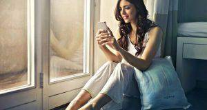 lady smiling while seeing phone