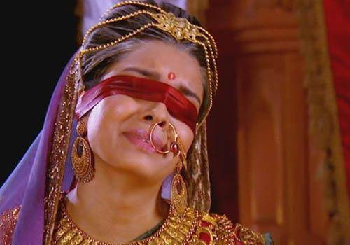 gandhari should have been able to see and become Dhritarashtra's strength