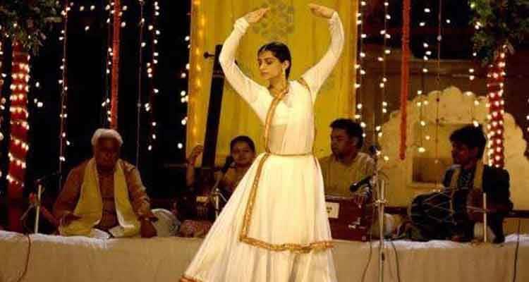 Sonam doing kathhak in raanjhanaa