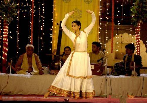 sonam doing kathhak in raanjhanaa