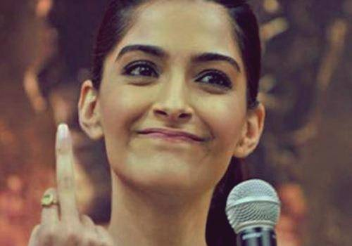 sonam kapoor showing middle finger
